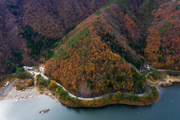 Nature paysage vue aérienne lac shojiko et montagne à l'automne au japon