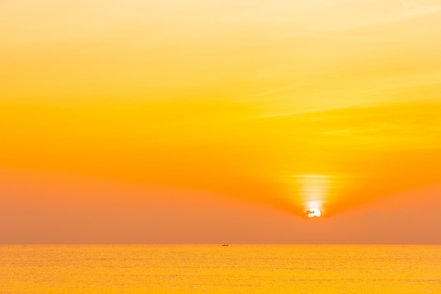 Nature tropicale de paysage en plein air avec la mer et la plage au coucher ou au lever du soleil