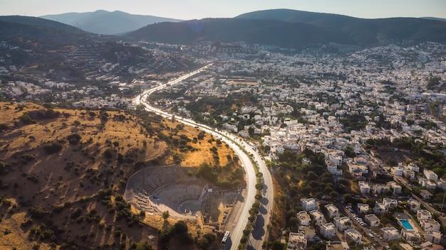 Nature vue sur la montagne du bord de la route et de la vieille ville mode de vie voyage aventure roadtrip vieille europe