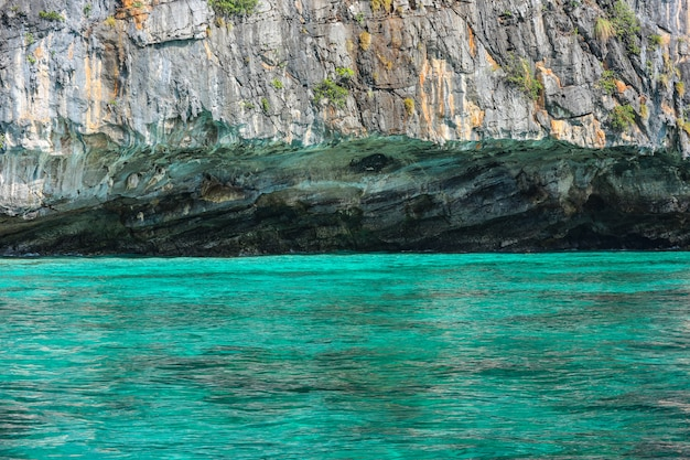 Naturelle célèbre île de phi phi avec la lumière de réflexion de l'eau de mer bleue.