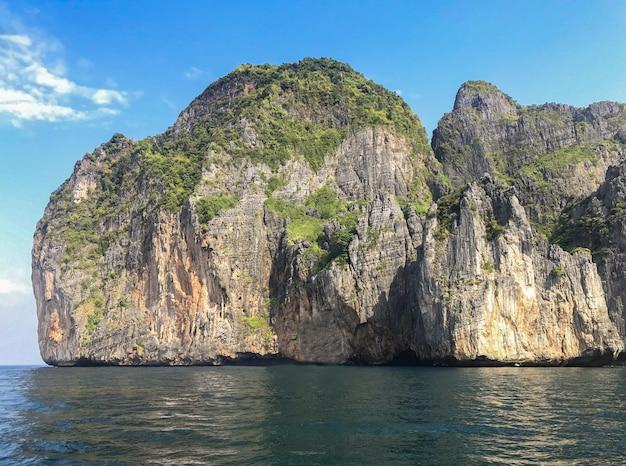 Naturelle célèbre île de phi phi sur vaction ensoleillée.