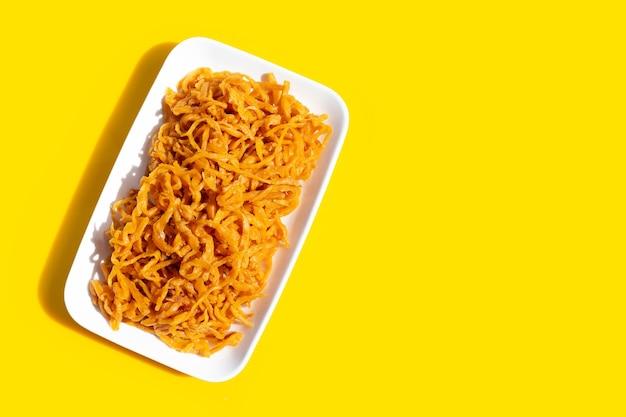 Navet cornichon en plaque sur fond jaune.