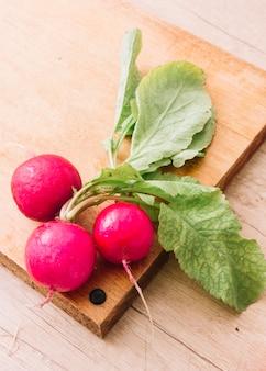 Navets biologiques roses frais sur une planche à découper