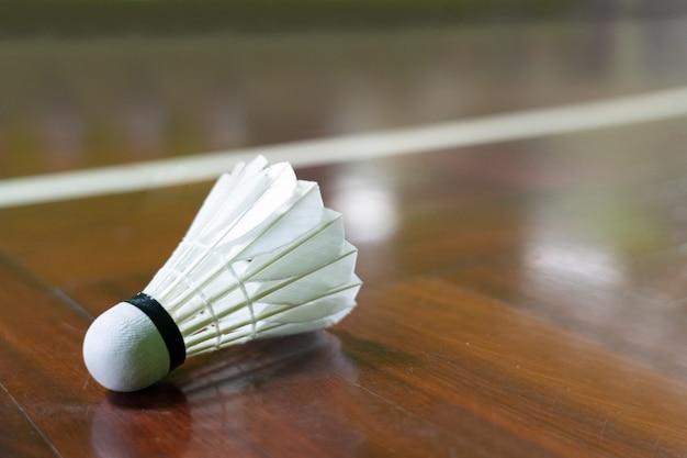 Navette coq sur le terrain de badminton