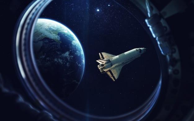 Navette spatiale au décollage en mission