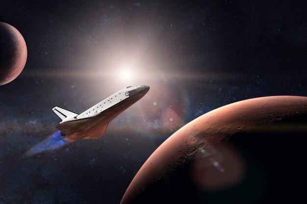 Navette spatiale décollant d'une mission sur fond de planète mars