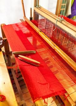 Navette de tissage en bois sur un vieux métier à tisser manuel.