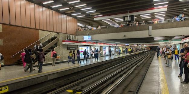 Navetteurs à la station de métro santiago, santiago, région métropolitaine de santiago, chili
