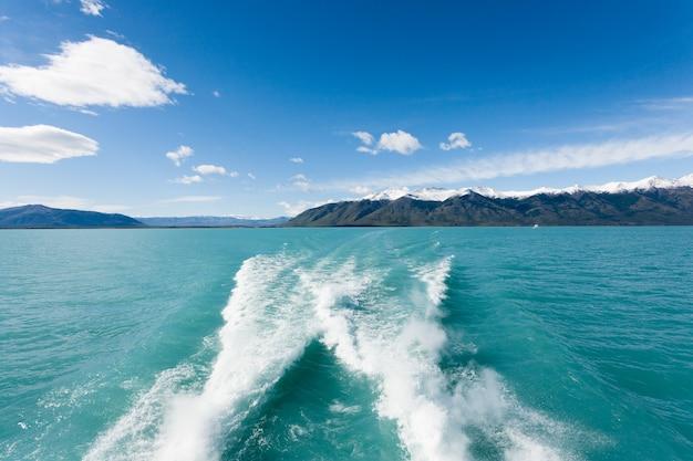 Navigation sur le lac argentino, paysage de patagonie, argentine. panorama de patagonie