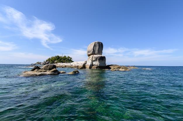 Navigation de plaisance avec de gros rochers naturels empilés dans une mer tropicale à lipe