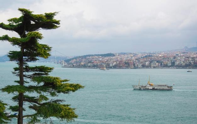 La navigation. turquie. istanbul. grand cargo-citerne dans le détroit du bosphore à istanbul, concept de transport par eau de fret