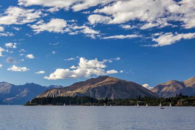 Naviguer sur le lac wanaka dans la région d'otago en nouvelle-zélande