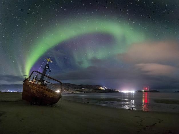 Un navire abandonné dans le contexte des aurores boréales
