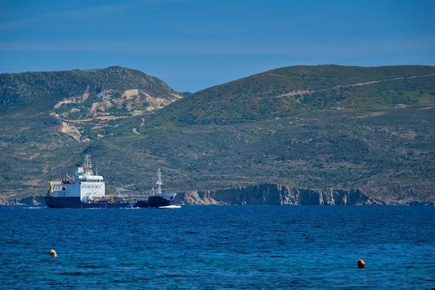 Navire cargo dans la mer égée en grèce