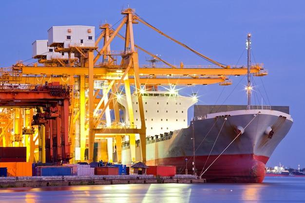 Navire cargo industriel