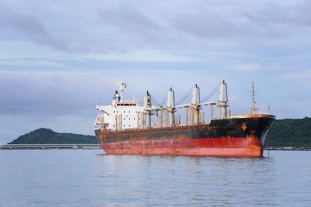 Navire cargo à la mer.