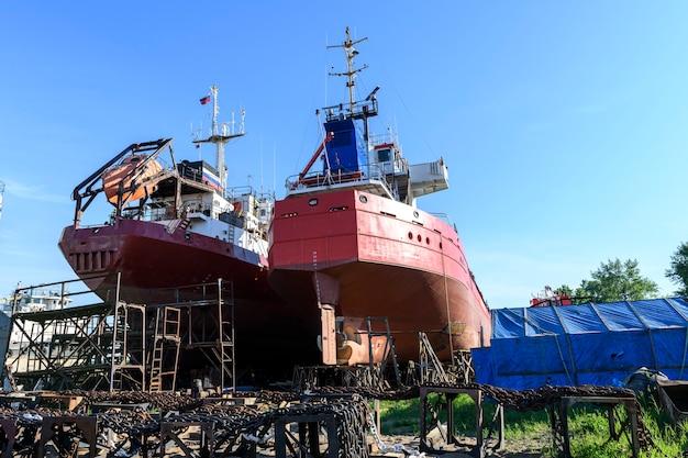 Navire cargo à terre sur chantier de réparation navale