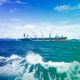 Navire de charge dans l'océan
