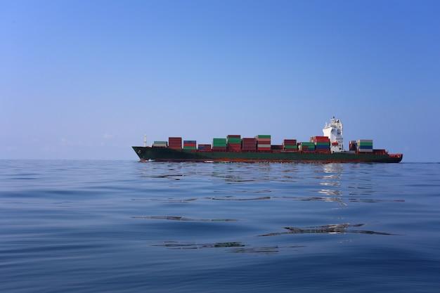 Navire de charge sur la mer par temps clair et ciel clair.