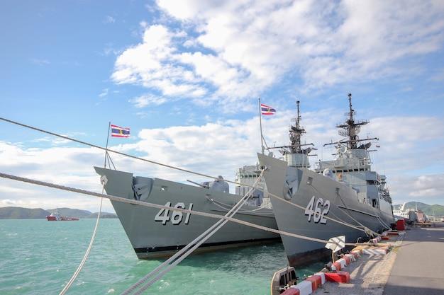 Un navire de combat s'arrête près de htms chakri naruebet est le plus important cuirassé militaire thaïlandais à chonburi, thaïlande