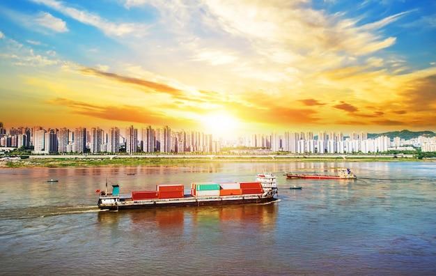 Navire avec des conteneurs par la rivière