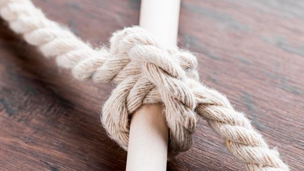 Navire de cordes blanches noeud attaché sur une barre
