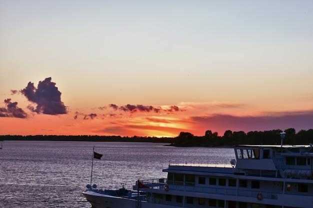 Navire dans le contexte d'un magnifique coucher de soleil