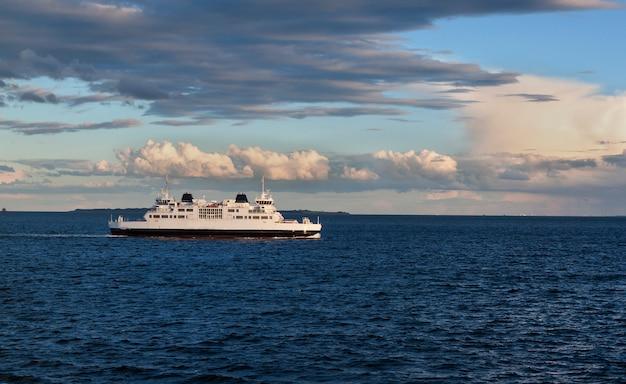 Navire dans la mer en journée ensoleillée
