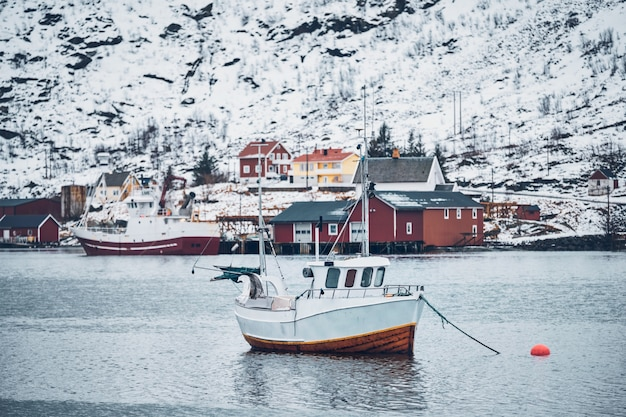 Navire dans le village de pêcheurs de hamnoy sur les îles lofoten, norvège