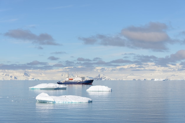 Navire d'expédition avec iceberg en mer antarctique