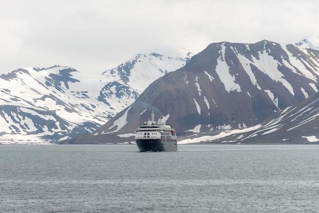 Navire d'expédition en mer arctique, svalbard. navire de croisière à passagers. croisière arctique et antarctique.
