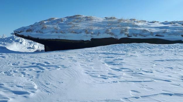 Navire gelé et abandonné dans l'arctique