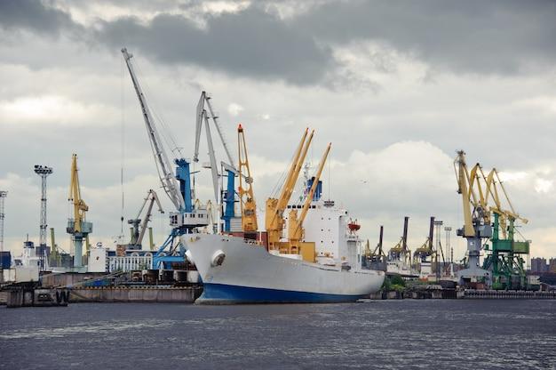 Navire et grues. activité portuaire. saint-pétersbourg. russie.