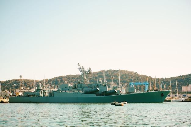 Un navire de guerre amarré dans le port de bar au monténégro.