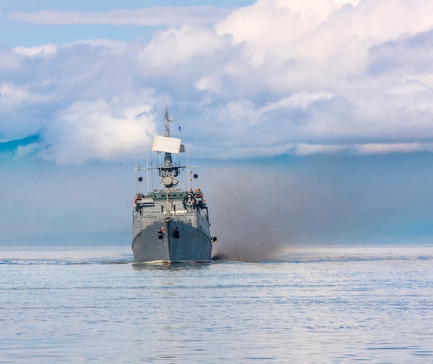 Navire de guerre russe longeant la côte