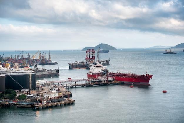 Navire logistique avec des conteneurs de fret dans le port
