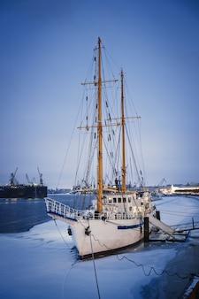 Navire à mât sur le quai de la neva en hiver, saint-pétersbourg, russie