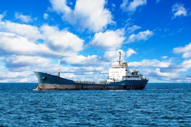 Navire en méditerranée