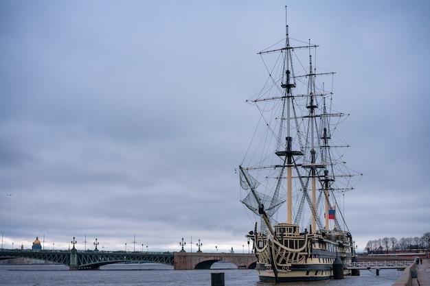 Un navire néerlandais se tient près de saint-pétersbourg