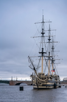 Un navire néerlandais volant près de saint-pétersbourg