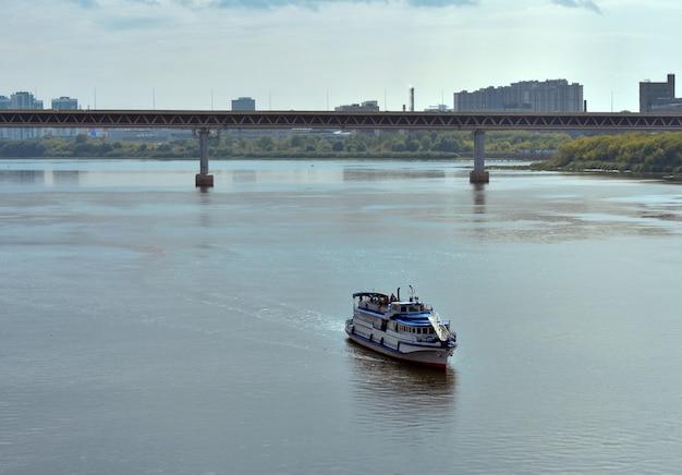 Un navire à passagers à pied navigue sur la rivière