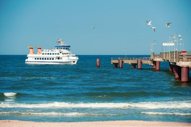 Un navire à passagers s'approche d'un quai à rugen islan