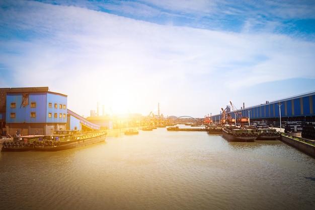 Navire à pétrole contenant des navires et raffinerie de pétrole arrière-plan pour l'énergie transport nautique
