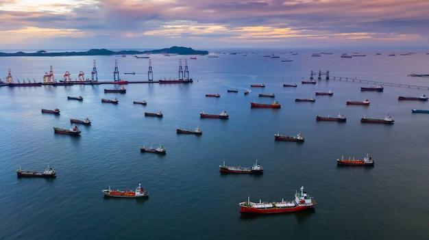 Navire pétrolier et navire-citerne pour gpl, vue aérienne, bateau-citerne chimique pour hydrocarbures en haute mer, navire cargo de la raffinerie.