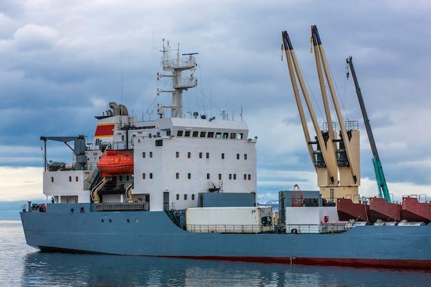 Navire porte-conteneurs déchargé