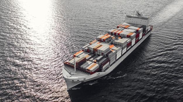 Navire porte-conteneurs naviguant en mer. vue en plongée
