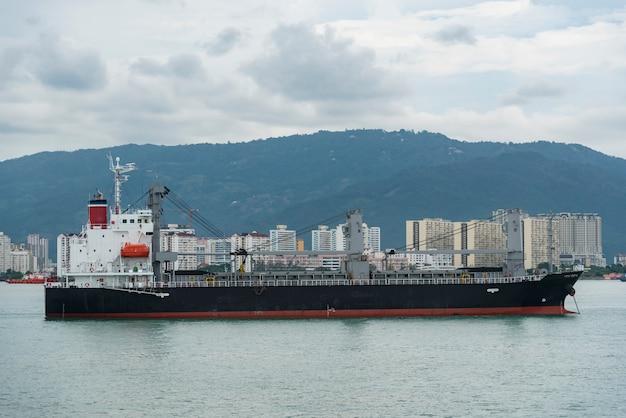 Navire porte-conteneurs naviguant