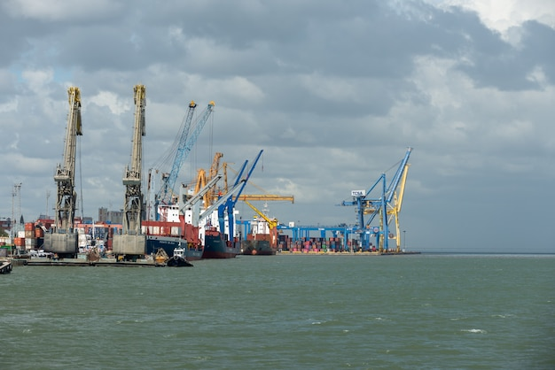 Navires de charge au port, grues à portique