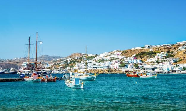 Navires sur l'eau bleue avec l'île de mykonos