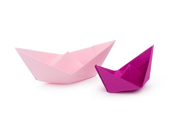 Navires en papier isolés sur blanc
